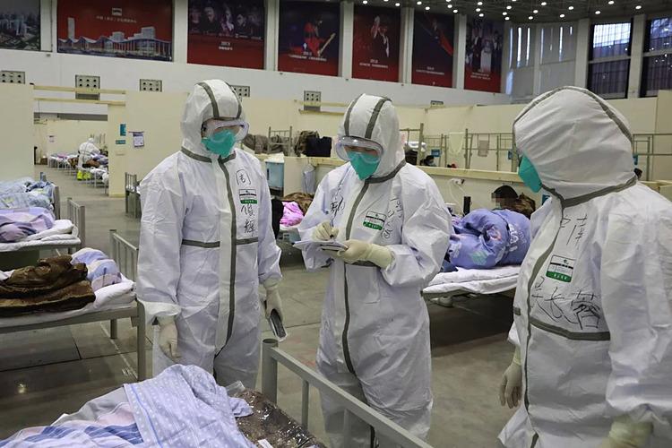 Nhân viên y tế tại bệnh viện tạm thời được chuyển đổi từ trung tâm triển lãm. Ảnh: Xinhua.