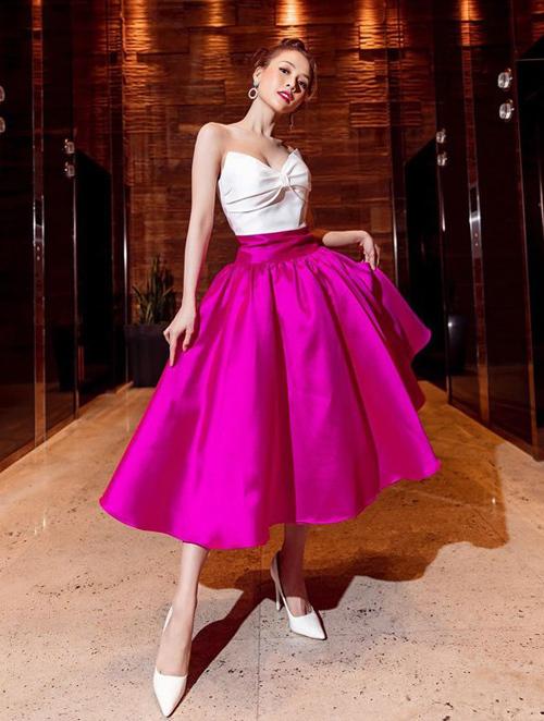 Trước khi được Puka mặc, trang phục này từng chinh phục Sam. Nữ diễn viên cũng rất nữ tính, gợi cảm khi mặc bộ đầm xòe, kết hợp cùng giày cao gót mũi nhọn màu trắng đơn giản.