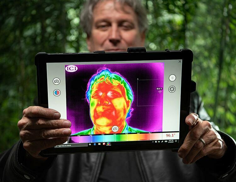 Ông Strahan thông tin trực tiếp trên máy tính bảng được trang bị camera hồng ngoại. Ảnh: New York Times.