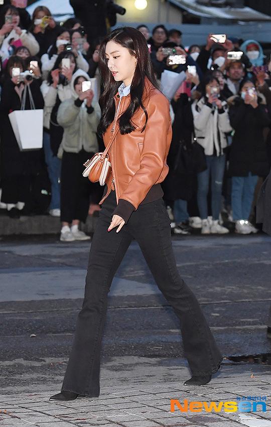Đôi chân dài của Seo Ji Hye khiến fan trầm trồ.