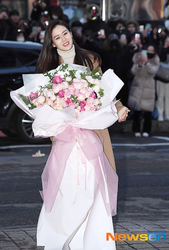 Son Ye Jin xinh đẹp rạng ngời trước ống kính phóng viên.