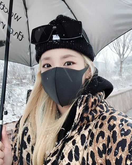 Dara võ trang đầy đủ khi ra ngoài ngắm tuyết.