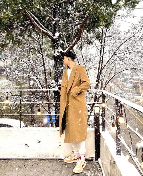 Park Seo Joon đi chơi trong ngày tuyết rơi.