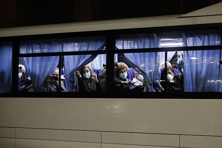 Hành khách trên xe bus rời khỏi khu cách ly cảng Yokohama, Nhật Bản. Ảnh: AP.