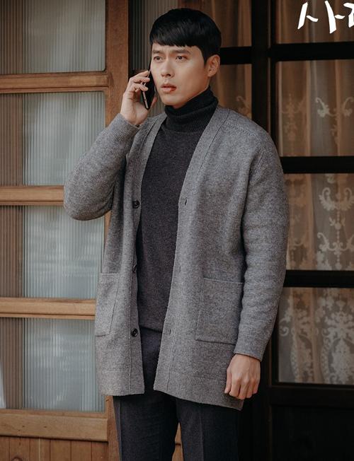Ngoài nội dung hay, diễn xuất tốt của các diễn viên, ngoại hình đỉnh cao của Hyun Bin cũng là một điểm giúp Hạ cánh nơi anh trở thành drama có rating cao nhất lịch sử đài tVn. Nhiều khán giả nhận ra, vẻ nam tính của chàng quân nhân Ri Jung Hyuk một phần do style ăn mặc của anh mang lại. Từ đầu đến cuối phim, nam thần mê mệt một style áo cổ lọ kết hợp cùng các kiểu áo khoác len, dạ.