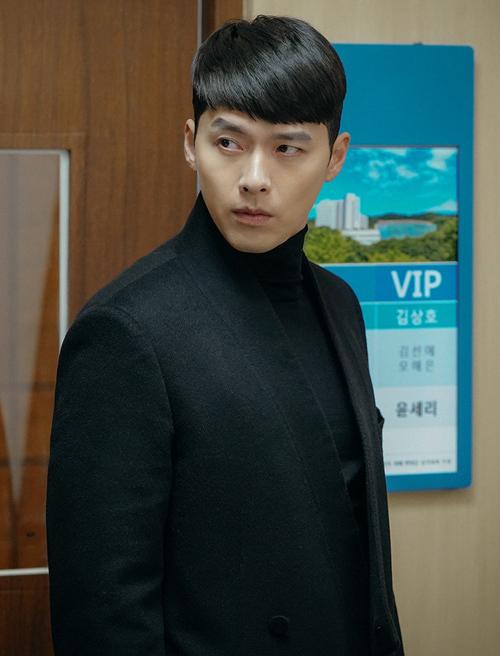 Chiếc áo cổ lọ đen được Hyun Bin diện không biết chán trong các phân cảnh của Hạ cánh nơi anh. Suốt thời gian ở Nam Hàn, chàng đại úy mê mệt style len cổ cao đi kèm các kiểu khoác dạ đẳng cấp.