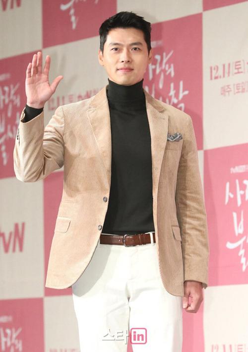 Phong cách tổng tài này được Hyun Bin ưa chuộng không chỉ ở trên phim mà còn ở ngoài đời. Trong các hoạt động bên lề như họp báo ra mắt phim...
