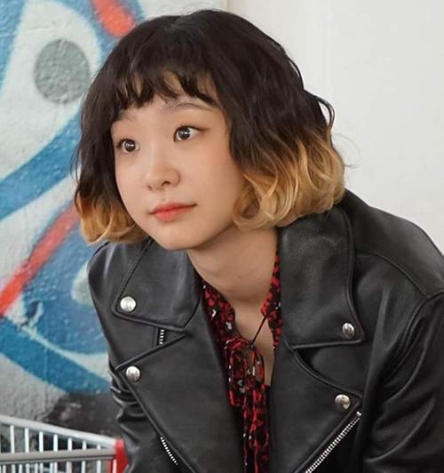 Trong phim, Yi Seo gắn liền với mái tóc ngắn đến ngang cằm, khoe gương mặt bầu bĩnh thơ ngây. Để tăng độ cá tính cho nhân vật, nữ diễn viên Kim Da Mi còn nhuộm tóc ombre tông vàng, cắt tóc mái bằng.
