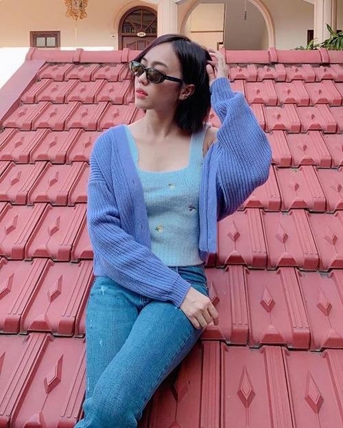 Diệu Nhi leo lên mái nhà để... chụp hình.