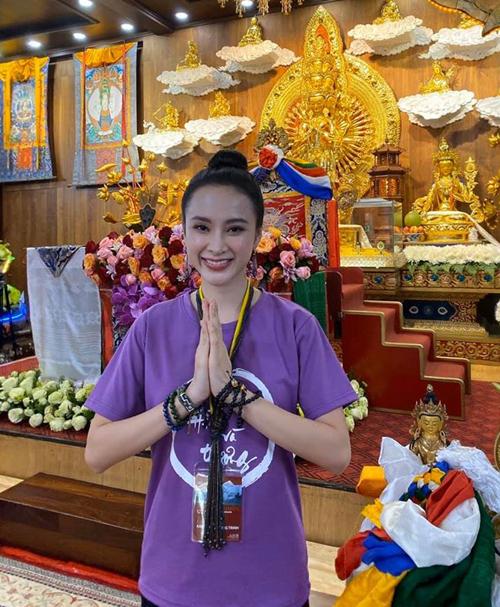 Angela Phương Trinh được khen xinh đẹp dù đi chùa với chiếc áo giá 80k.