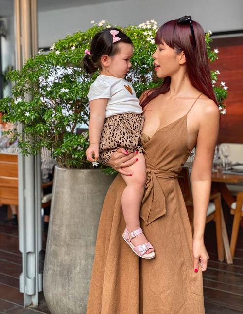 Hà Anh mặc tông xuyệt tông đi chơi cùng con gái.