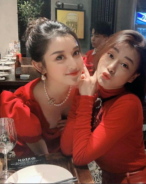 Huyền My và Phương Oanh là đôi bạn thân ít người biết của Vbiz. Cả hai rủ nhau diện đồ đỏ tông xuyệt tông đi ăn nhà hàng.