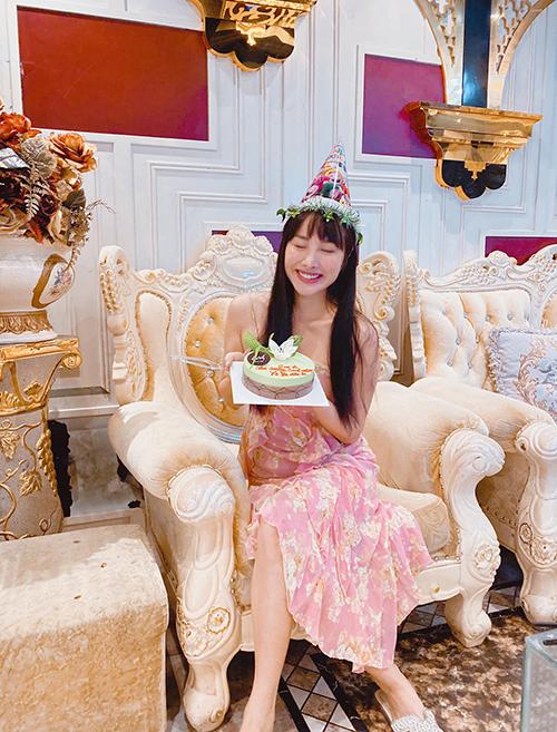 Yaya Trương Nhi đón sinh nhật không quá hoành tráng nhưng rất vui vẻ bên bạn bè.