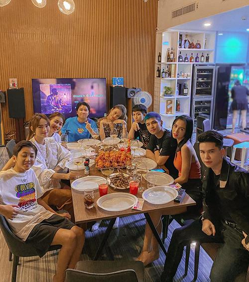 Hội bạn thân Vbiz gồm Minh Hằng, Khả Ngân, Hoàng Thùy Linh, Gil Lê... tụ tập ăn hải sản.
