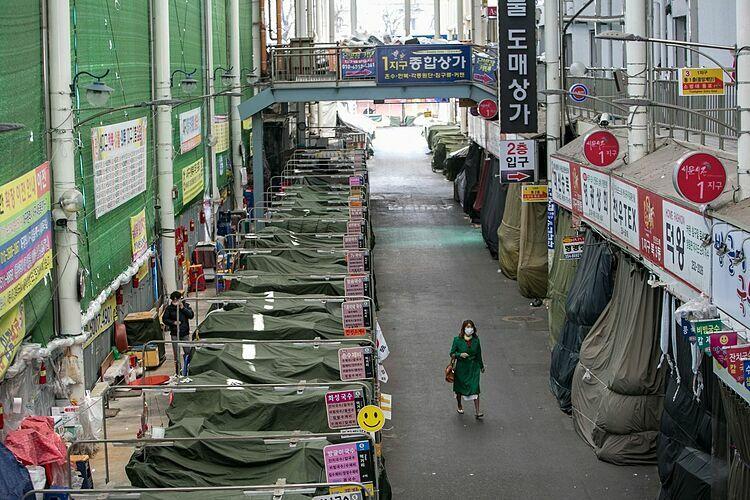Các quầy mì được phủ bạt bên trong một khu chợ truyền thống ở Daegu. Ảnh: Wall Streer Journal.