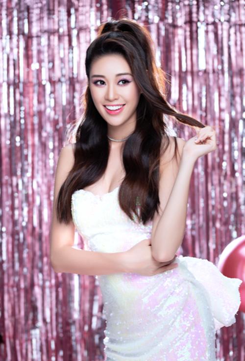 Trước khi đăng quang, Khánh Vân từng có 5 năm hoạt động trong showbiz với vai trò người mẫu, diễn viên. Cô từng tham gia nhiều cuộc thi, chương trình truyền hình thực tế. Nhan sắc 9x mong tuổi 25 sẽ có nhiều trải nghiệm ý nghĩa, mới mẻ khi dự thi Miss Universe.
