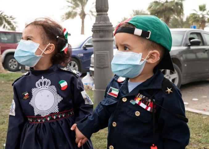 Trẻ em Kuwait đeo khẩu trang trong Ngày Giải phóng hôm 26/2. Ảnh: Reuters.