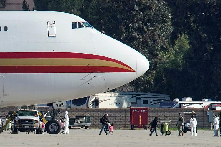 Người Mỹ sơ tán khỏi Vũ Hán, Trung Quốc, đến căn cứ không quân March vào tháng 1. Ảnh: Reuters.