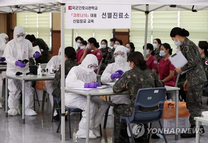 Các sĩ quan được đào tạo về Covid-19 tại Học viện quân sự Daejeon. Ảnh: Yonhap News.