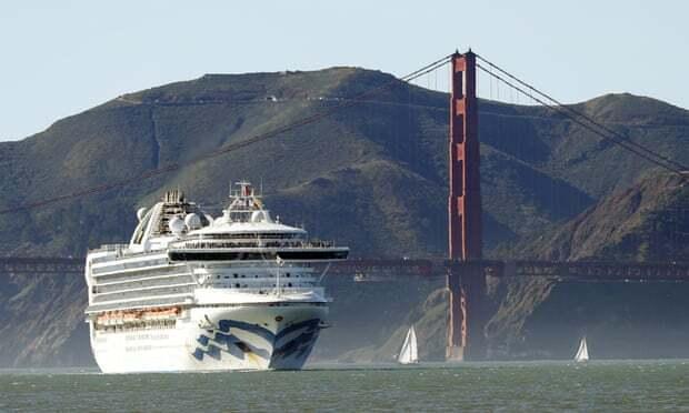 Du thuyền Grand Princess đi qua cầu Golden Gate ở San Francisco từ Hawaii. Ảnh: AP.