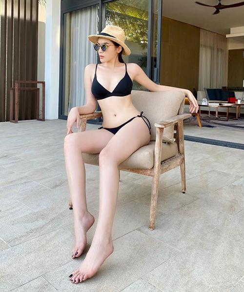 Kỳ Duyên theo mốt bikini nhỏ xíu, buộc dây ở hông để tăng độ sexy. Từ khi nâng cấp vòng một, hoa hậu rất tích cực mặc các kiểu đồ tắm táo bạo. Trang phục đen tôn lên làn da trắng đối lập của người đẹp.