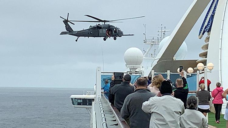 Một chiếc trực thăng quân sự của Mỹ tiếp cận tàu Grand Princess vào hôm 5/3. Ảnh: Reuters.