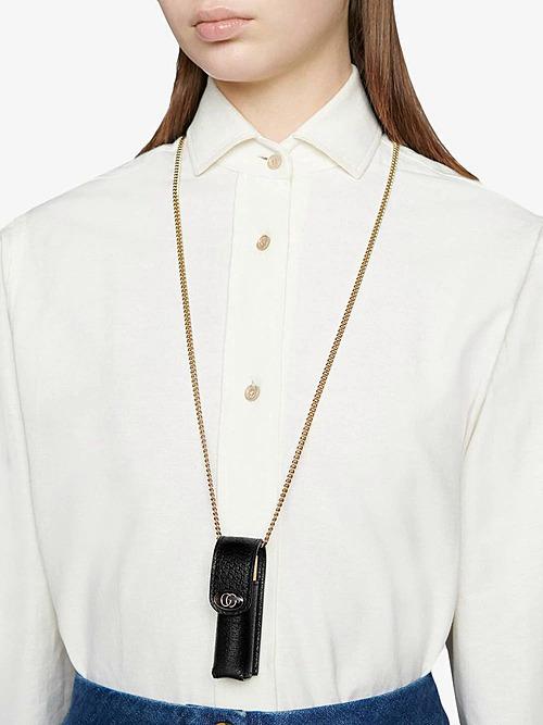 Chiếc túi này có kích cỡ tí hon, chỉ vừa đựng được một thỏi son và không chứa được thêm bất kỳ món đồ nào khác. Tuy nhiên, với chất liệu da thật 100% kèm logo Gucci sang chảnh, chiếc túi vẫn được bán với giá 259-278 Euro (tương đương 6,8 đến 7,3 triệu đồng), đắt gấp nhiều lần so với một thỏi son môi.