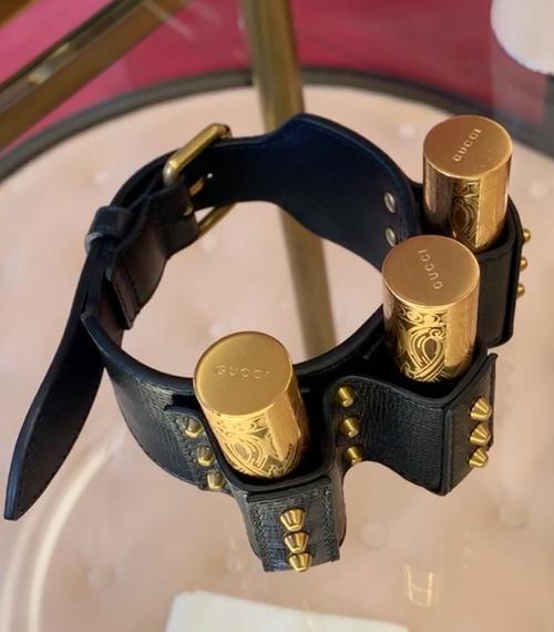 Ngoài túi đựng son, trên sàn diễn Gucci Xuân Hè 2020, hãng còn giới thiệu cả vòng tay da, có thể đựng được đến ba thỏi son Gucci một lúc.