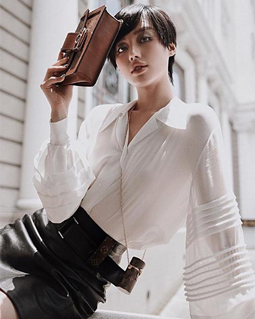 Khánh Linh là sao Việt hiếm hoi chi số tiền không nhỏ để tậu về món phụ kiện xa xỉ. Khi đeo túi, cô vẫn phải dùng kèm một chiếc túi xách có kích cỡ thông thường.