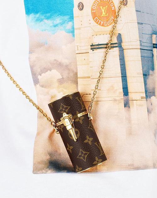 Thương hiệu đầu tiên làm bùng lên cơn sốt túi đựng cho son môi là Louis Vuitton. Chiếc túi của hãng có hình trụ tròn, mạ khóa kim loại lấp lánh rất sang chảnh, đi kèm quai xích để đeo cổ hoặc đeo ngang người.