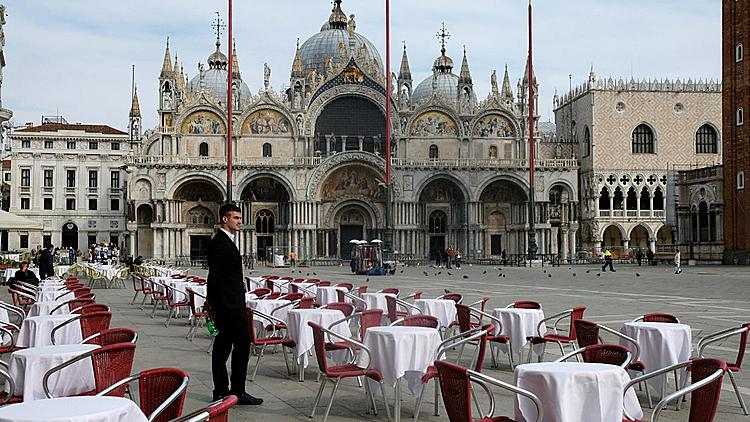 Một nhà hàng vắng khách ở Quảng trường St Mark,Italy hôm 9/3. Ảnh: Reuters.