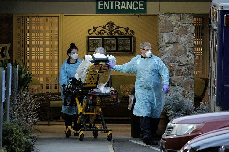 Nhân viên y tế đưa bệnh nhân đến trung tâm sức khỏe ở Kirkland, Wash. Ảnh: Reuters.