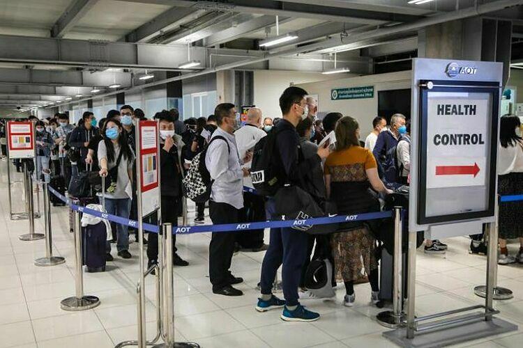 Hành khách đến xếp hàng để đo thân nhiệt tại một trạm kiểm soát ở sân bay Suvarnabhumi, Bangkok vào ngày 9/3. Ảnh: AFP.