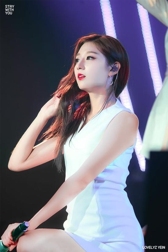 Trong Lovelyz, Yein là thành viên cólượng fan nam đông đảo nhất. Cô nàng cũng được fan của nhiều nhóm nhạc chú ý nhờ visual xinh xắn như búp bê và hình thể nóng bỏng.