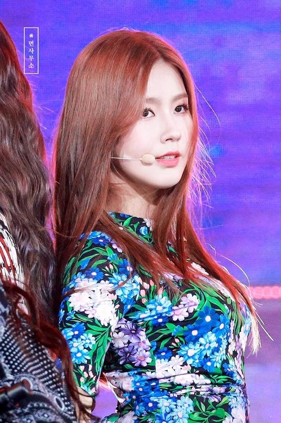 Mi Yeon (G)I-DLE cũng là một trong những gương mặt đang được chú ý thời gian gần đây của Kpop. Hình ảnhdịu dàng thục nữ của Mi Yeon thường bị chê không hợp concept mạnh mẽ của(G)I-DLE, tuy nhiên đây cũng là điểm đặc biệt giúp cô được nhiều khán giả trung lập yêu mến.