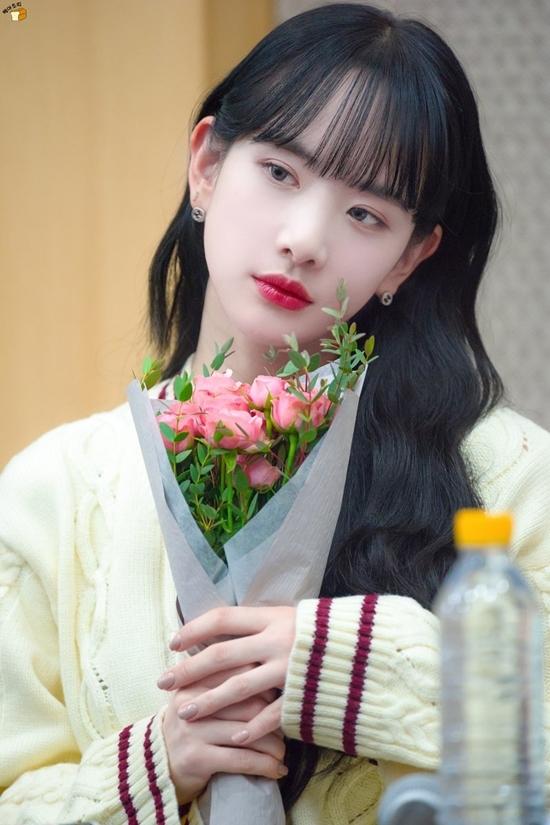 Seola (WJSN) thường xuyên gắn với hình ảnh nàng Bạch Tuyết nhờlàn da trắng, mái tóc đen và đôi môi đỏ thắm.