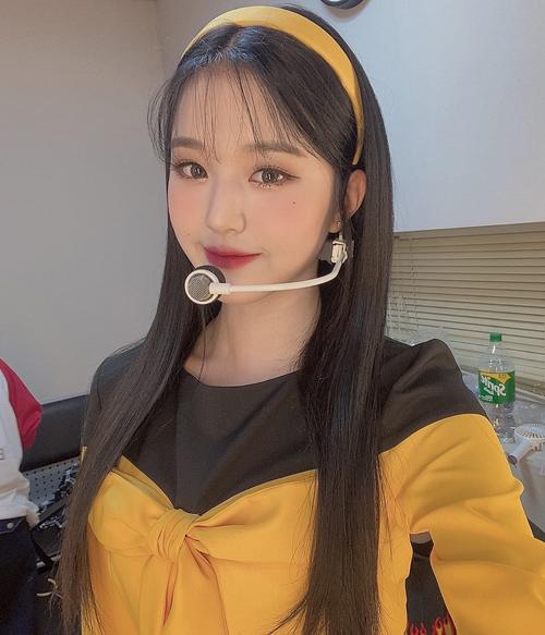 Gần đây, netizen Hàn Quốc chia sẻ nhau học hỏi cách trang điểm của Jang Won Young (IZONE). Makeup look của cô nàng tập trung vào đôi mắt to, long lanh. Đặc biệt phần lông mi được chuốt cẩn thận tạo nên hiệu ứng 2 mi trên dưới vừa cong dài nhưng vẫn mỏng nhẹ.