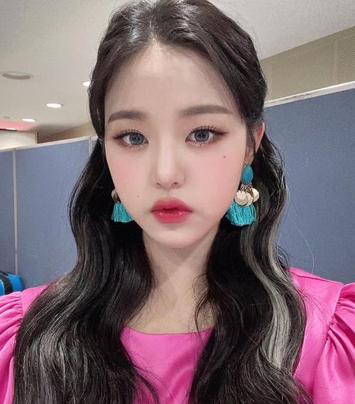 Để giữ vẻ đẹp trẻ trung tuổi 16, Won Young chọn các tông ngọt ngào như hồng, cam, trang điểm luôn tông xuyệt tông với quần áo.