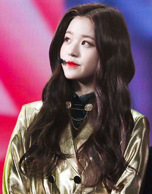 Ngoài phong cách trang điểm ngọt ngào quen thuộc, idol 10x đôi lúc cũng đổi gió với style sang chảnh và nhận được nhiều lời khen.Với phần mắt, cô nàng kẻ eyeliner dài hơn, màu mắt được tô đậm tạo điểm nhấn.