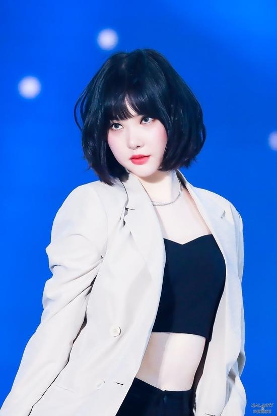 Trên sân khấu, Eun Ha biến hóa đa dạng vào những concept khác nhau. Khi là cô nàng kẹo ngọt, khi lại vô cùng quyến rũ.