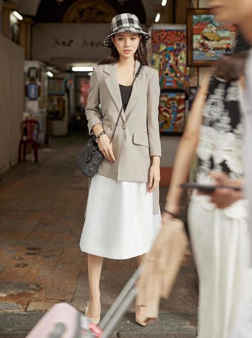 Mũ họa tiết caro kẻ đen trắng như Jolie Nguyễn đang đội là item được yêu thích của Dior. Để sở hữu một chiếc tương tự, tín đồ thời trang phải chi số tiền là 860 USD (xấp xỉ 20 triệu đồng).