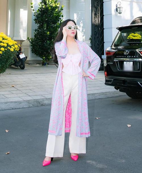 Cây đồ này chẳng lạ lẫm với tín đồ thời trang vì từng được Phượng Chanel diện từ trước đó hai tháng. Đôi bạn thân sử dụng chung những món đồ như áo đính nơ, áo choàng và giày cao gót, khác biệt ở cách mix quần và túi đi kèm.