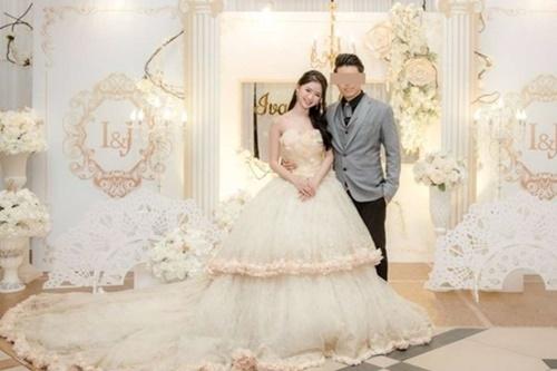 Ảnh cưới hiếm hoi của Thái Trác Nghi. Khi cô nổi tiếng năm 2017, không ít người bất ngờ khi biết tin cô đã kết hôn từ 2016.