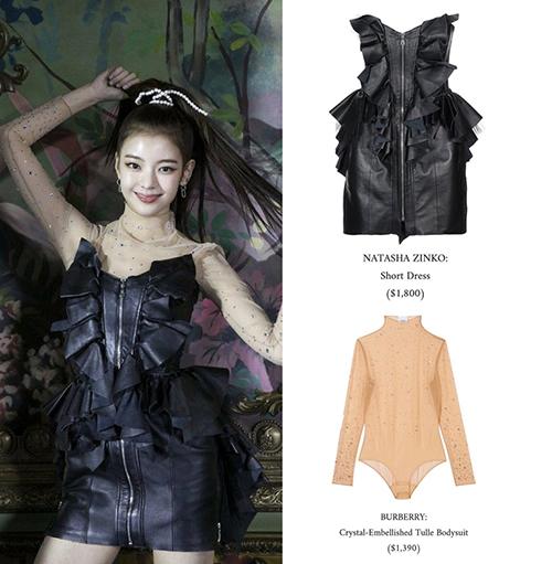 Lia đầy cá tính khi kết hợp độc đáo giữa váy da giá 1,800 USD và bodysuit của Burberry có giá 1,390 USD, tổng giá trị của set đồ hơn 74 triệu đồng.