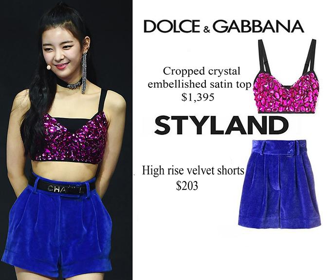 Áo crotop đính đá của Dolce & Gabbana có giá 1,395 USD kết hợp với quần short xanh tạo nên set đồ màu sắc đầy tươi mới, outfit có giá hơn 37 triệu đồng.