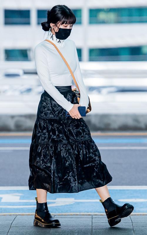 Bộ cánh mới đây ra sân bay của Momo được khen vì trông cổ điển nhưng vẫn thể hiện được nét trẻ trung.