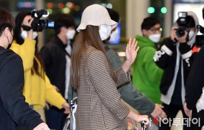 Khi xuống sân bay, Tzuyu che chắn cẩn thận với khẩu trang và mũ. Cô nàng có tâm trạng tốt, tuy không lộ mặt nhưng thường xuyên bắn tim, vẫn tay thân thiện trước ống kính. Bất chấp tình hình dịch bênh, có đông phóng viên và người hâm mộ tụ tập để chụp ảnh nữ idol.