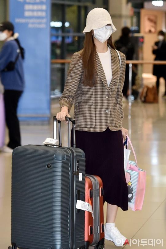 Tzuyu trở về quê nhà Đài Loan từ Hàn Quốc hôm 3/3 và phải thực hiện cách ly tại nhà theo quy định của chính quyền địa phương. Mỹ nhân nhà JYP phải ở nhà 14 ngày, không thể tham gia buổi phát sóng trực tiếp cùng Twice