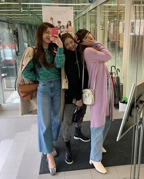 Chae Ryeong, Lia và Yuna nhí nhảnh tạo dáng với style khác nhau.