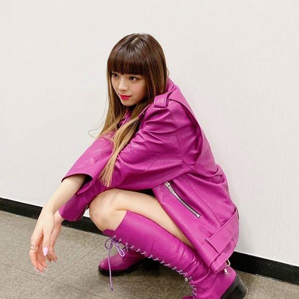 Yuna (ITZY) phá cách khi để mái bằng, dày trong đợt comeback với Wannabe. Cô nàng gây ấn tượng với tỷ lệ thân hình lý tưởng, chiều cao nổi trội dù mới hơn 16 tuổi.